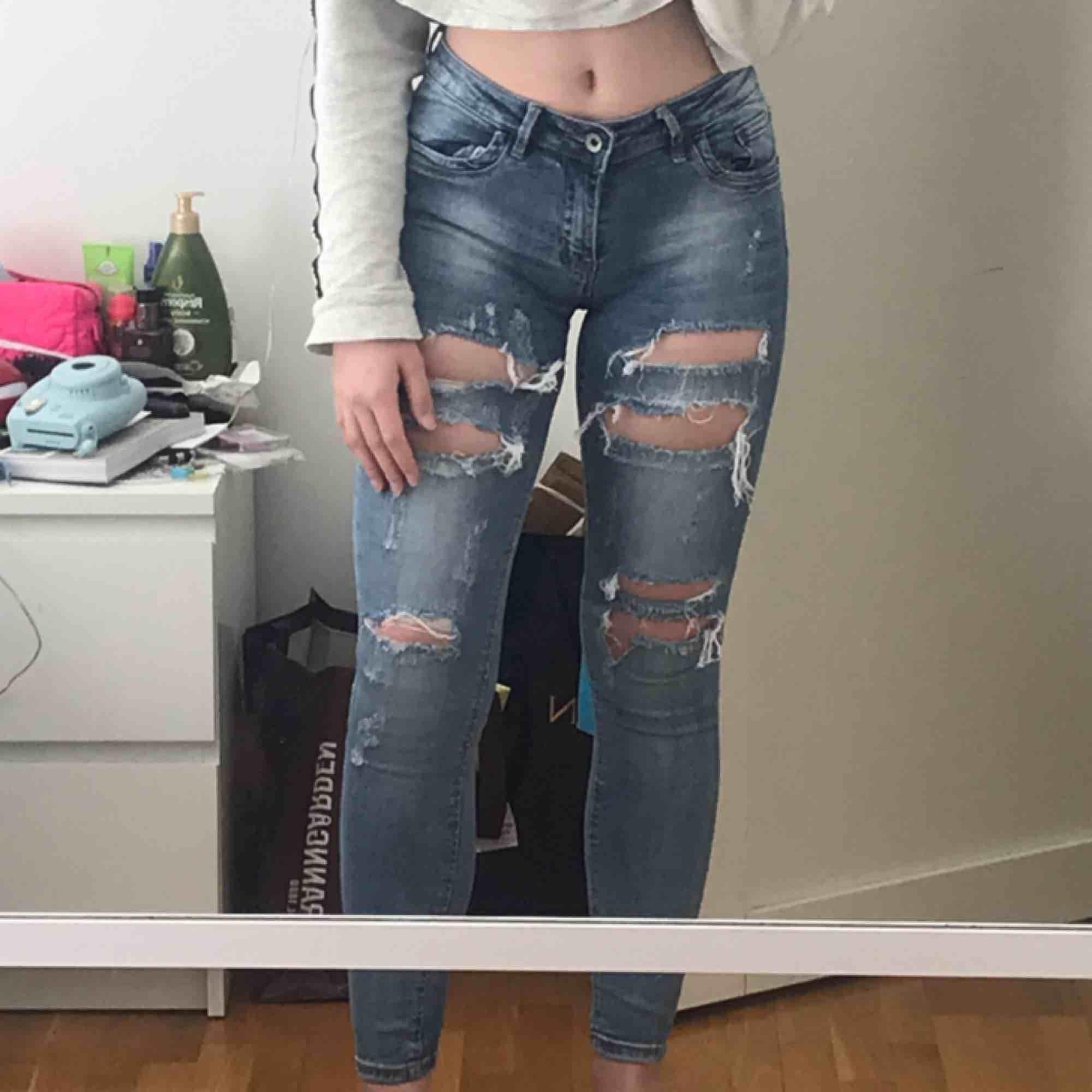 Fina byxor jeans från Monday Premium. Köpta här på plick men säljer igen då de tyvärr är lite små för mig! som nya! köpare står för frakt. Jeans & Byxor.