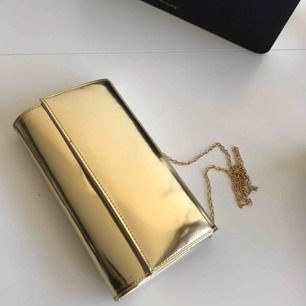 Guldig clutch väska, beställd från ASOS, säljer pga ingen användning 💕  Möts upp i Stockholm och kan posta!