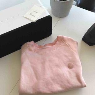 Sweatshirt från acne studios blå konst kollektionen.  Möts upp i Stockholm eller postar!