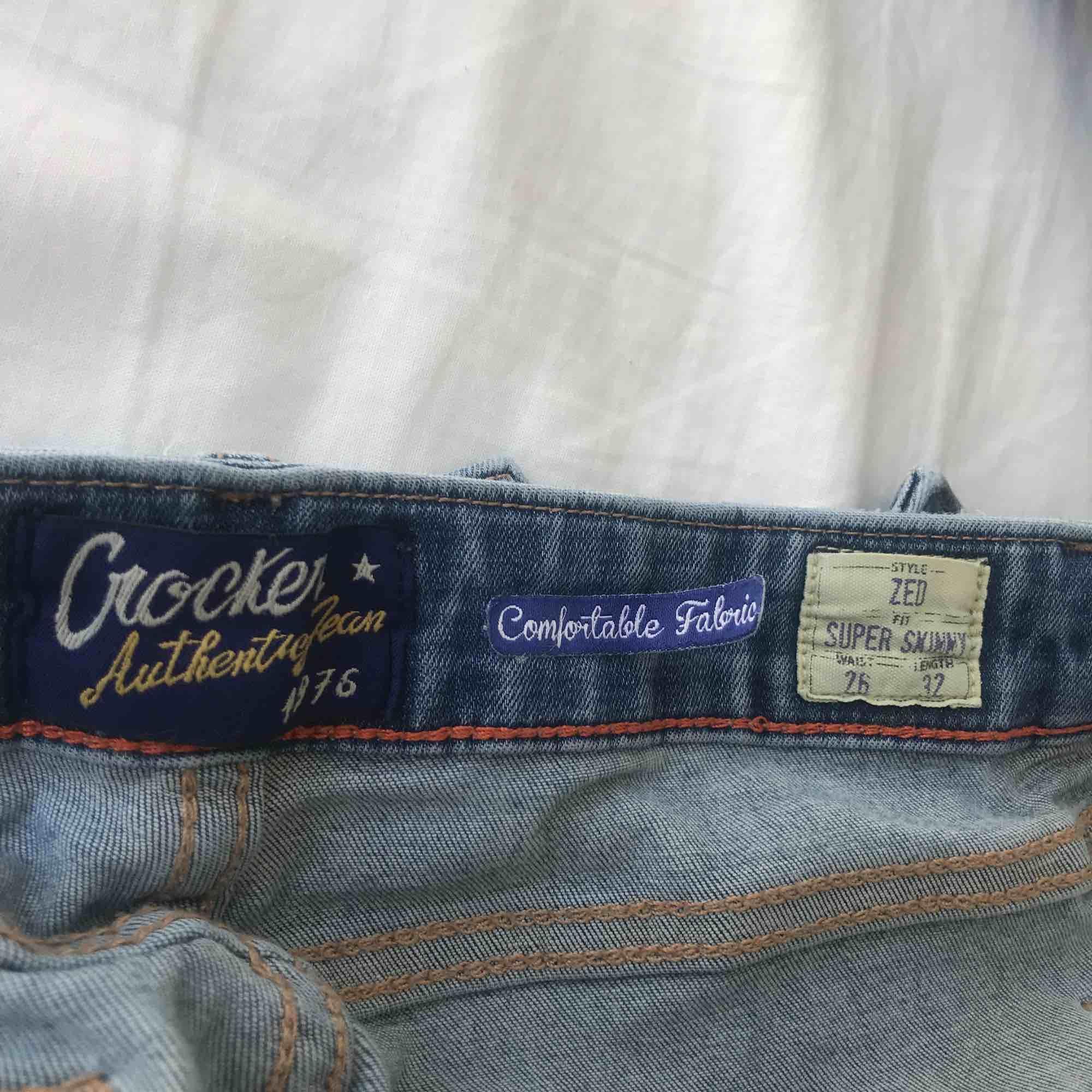 Jättefina och stretchiga jeans från Crocker! De har ett hål (se bild 2), annars är de i bra skick. Säljer då ja har ett par jeans som är nästan likadana! Köparen står för frakt. Jeans & Byxor.