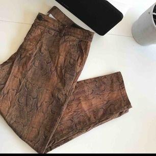 Ett par ormmönstrade byxor från asos, supersnygga irl men passar tyvärr inte mig 😭 ankle-längd nertill.  W 32 och 82 cm.