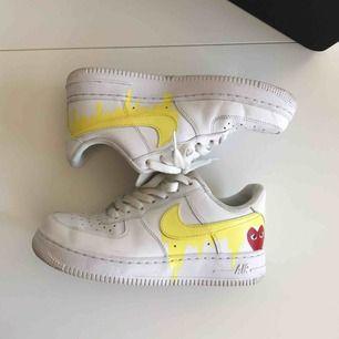 Custom Nike air force 1 med klassiska commes des garcon hjärtat. Supersnygga med alla outfits! Köpta på caliroots sneakers swap meet, nypris 1500kr.   Möts upp i Stockholm eller postar.