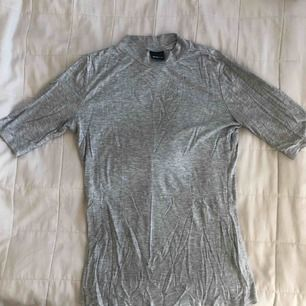 T-shirt med lite längre ärm och högre hals från Gina Tricot i storlek S. Frakt tillkommer. Fråga gärna om ni undrar något :)