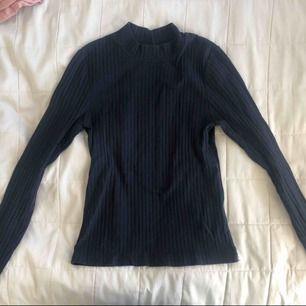 Långärmad tröja från Bik Bok i storlek XS. Frakt tillkommer. Fråga gärna om ni undrar något :)