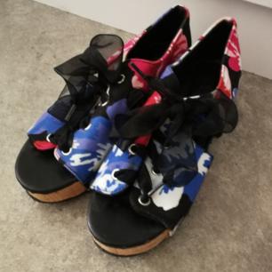🌺 Skitsnygga sandaler med kilklack från Monki! Önskar jag fortfarande kunde ha dem men jag har växt ur dem 😭 Väldigt lätta att gå i! Är som nya! Köparen står för frakt (kommer gå på vikten). Använder helst SWISH. 🌺