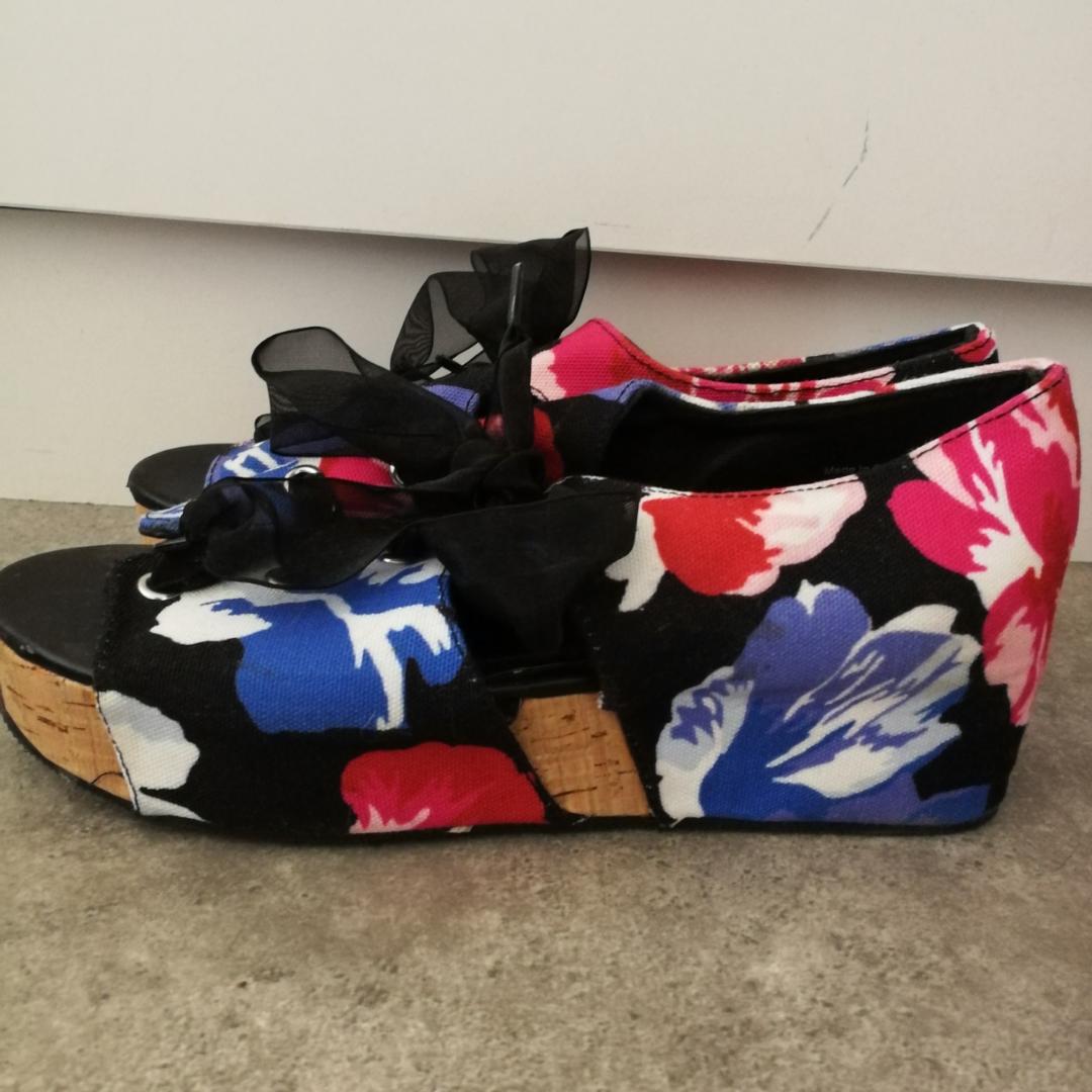 🌺 Skitsnygga sandaler med kilklack från Monki! Önskar jag fortfarande kunde ha dem men jag har växt ur dem 😭 Väldigt lätta att gå i! Är som nya! Köparen står för frakt (kommer gå på vikten). Använder helst SWISH. 🌺. Skor.