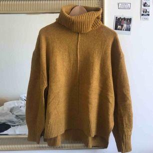 Senap gul tjocktröjas från H&M som jag aldrig har använt. Julklapp som inte kom till användan och ligger bara och tar plats i min garderob, frakt ingår ej 😇