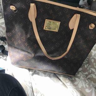 FAKE Louis vuttion! Köpt för ca 500-600kr sparsamt använd den är lite sliten vid banden får plats världigt mycket i har en inne ficka. Kan frakta men då står köparen för frakten som är 80kr😊