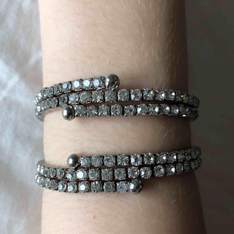 Superfina glittrande armband! Går även att använda som halsband (se bild 3). 30kr/st eller båda för 50kr! FRI FRAKT . Accessoarer.