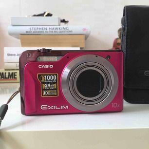 Casio EXILIM Hi-Zoom EX-H10. En enastående kamera med 24mm vidvinkel och 10x zoom. Kamera, fodral, batteri, laddare, 8GB minne inkluderat i priset. nypris 2500:-. Frakten står köparen för💗