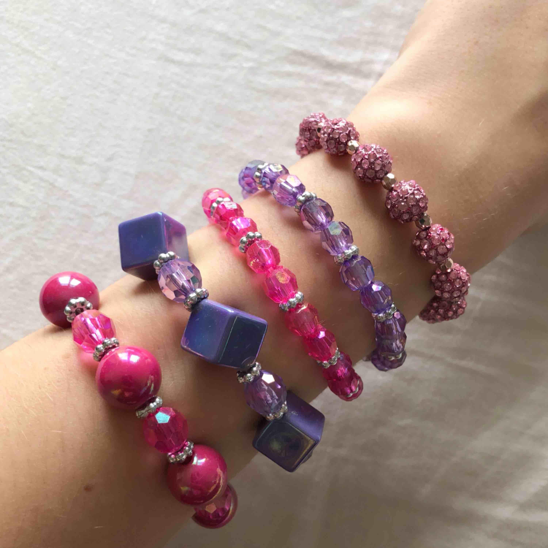Snygga och söta armband som står ut! Perfekt till block-colour outfits❣️ 30kr/st eller alla för 100kr! FRI FRAKT . Accessoarer.