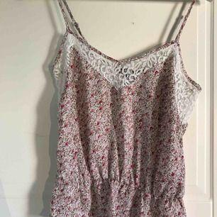 Ett fint tunt linne från Bikbok. Använd med helt felfri.