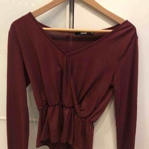 Supersöt v-ringad vinröd tröja från bikbok. Frakt tillkommer. Tar endast emot swish :)