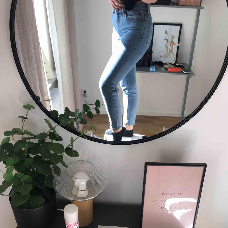 Snygga jeans från hm, använda max två gånger! De är i storlek 34 men jag är vanligtvis 36 och de passar ändå!. Jeans & Byxor.