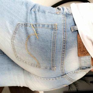 Helt nya bootcut jeans, bara testade. Säljs pga för långa! :)  Köpare står för frakt Nypris 450kr