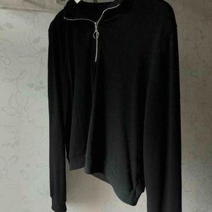 Fin tröja från Bikbok med en dragkedja. Frakten ingår