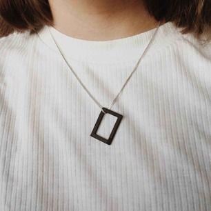 Officiellt halsband från the 1975 store! Svart hänge i metall. Kedjan ingår ej. Gratis frakt❤️