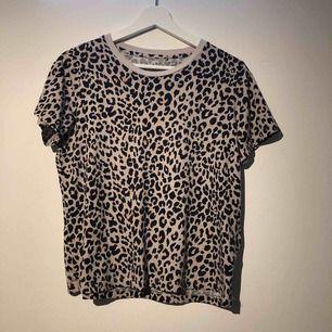 Skitsnygg cool T-shirt från bikbok, köpt för ungefär två månader sen men inte alls använd👍🏽 frakt tillkommer på 39kr💕