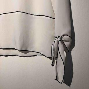 Jättefin blus från zara, som ny och jättegullig, frakt tillkommer på 39kr👍🏽💕 skickar gärna mer bilder om så önskas