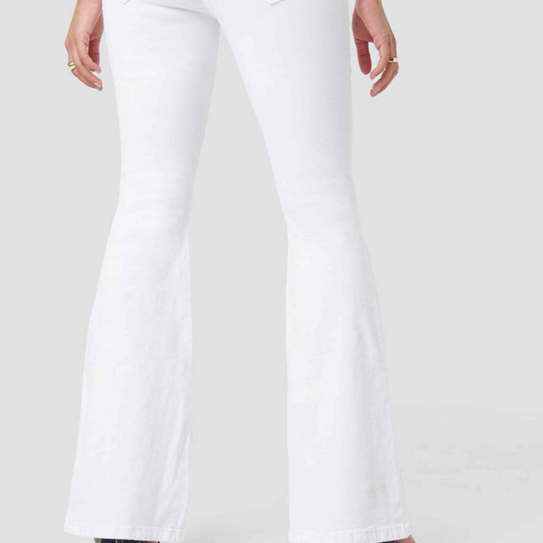 Dr denim vita bootcut jeans, är för stora för mig. . Jeans & Byxor.