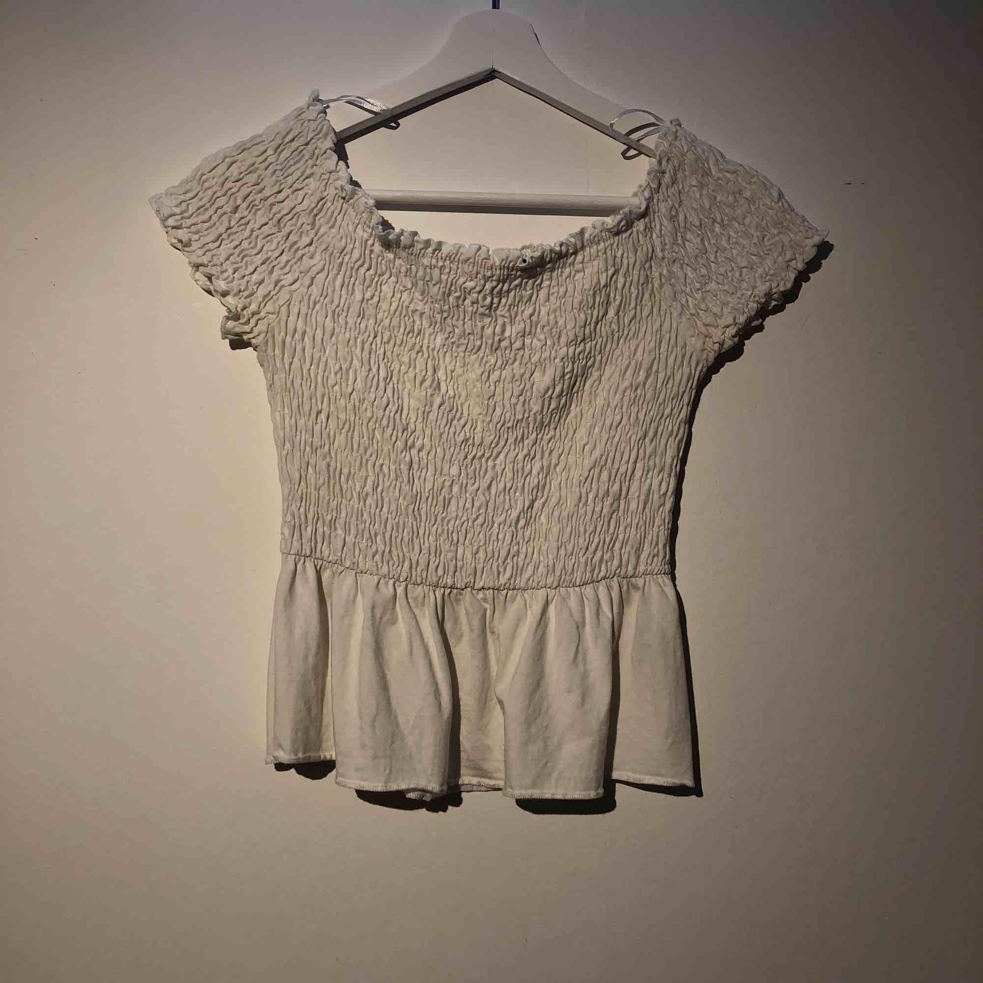 Jättesöt off shoulder topp från Gina tricot, skickar gärna mer bilder om så önskas och frakt tillkommer på 39kr💕🙌🏽. Kjolar.
