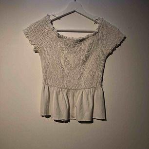 Jättesöt off shoulder topp från Gina tricot, skickar gärna mer bilder om så önskas och frakt tillkommer på 39kr💕🙌🏽