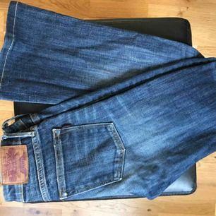 Super fina bootcut crocker jeans! Köpt från JC för någon år sen men är i bra skick! Tyvärr för små för mig:( längden passar mig som 160! Frakten är 39kr