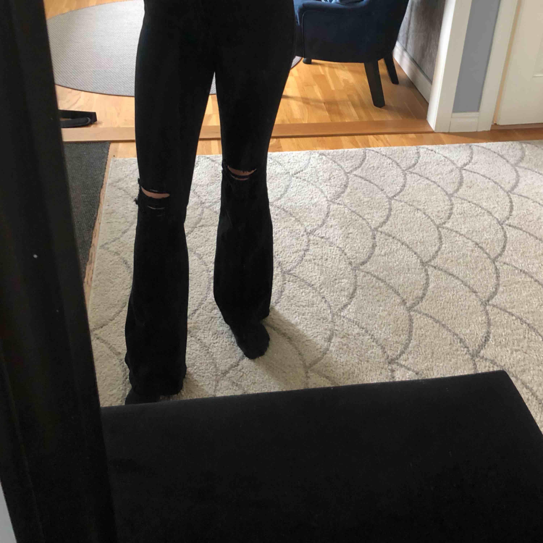 Snygga och sköna bootcut byxor som är använda en gång. Priset är exklusive frakt . Jeans & Byxor.
