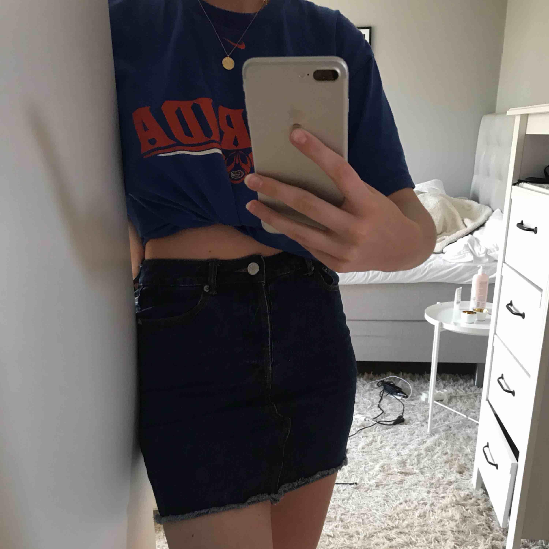 Säljer min snygga kjol från Bik Bok då den tyvärr inte kommer till användning. Mörkblå färg i storlek S. Möts upp i Stockholm annars står köparen för frakten💘priset går att diskuteras . Kjolar.