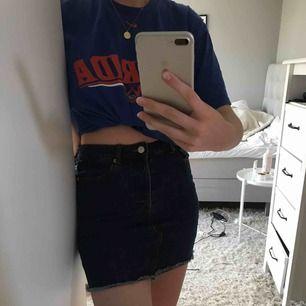 Säljer min snygga kjol från Bik Bok då den tyvärr inte kommer till användning. Mörkblå färg i storlek S. Möts upp i Stockholm annars står köparen för frakten💘priset går att diskuteras