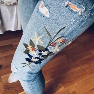 Supersnygga jeans i stretch, high waist med blomdetalj. Från ZARA