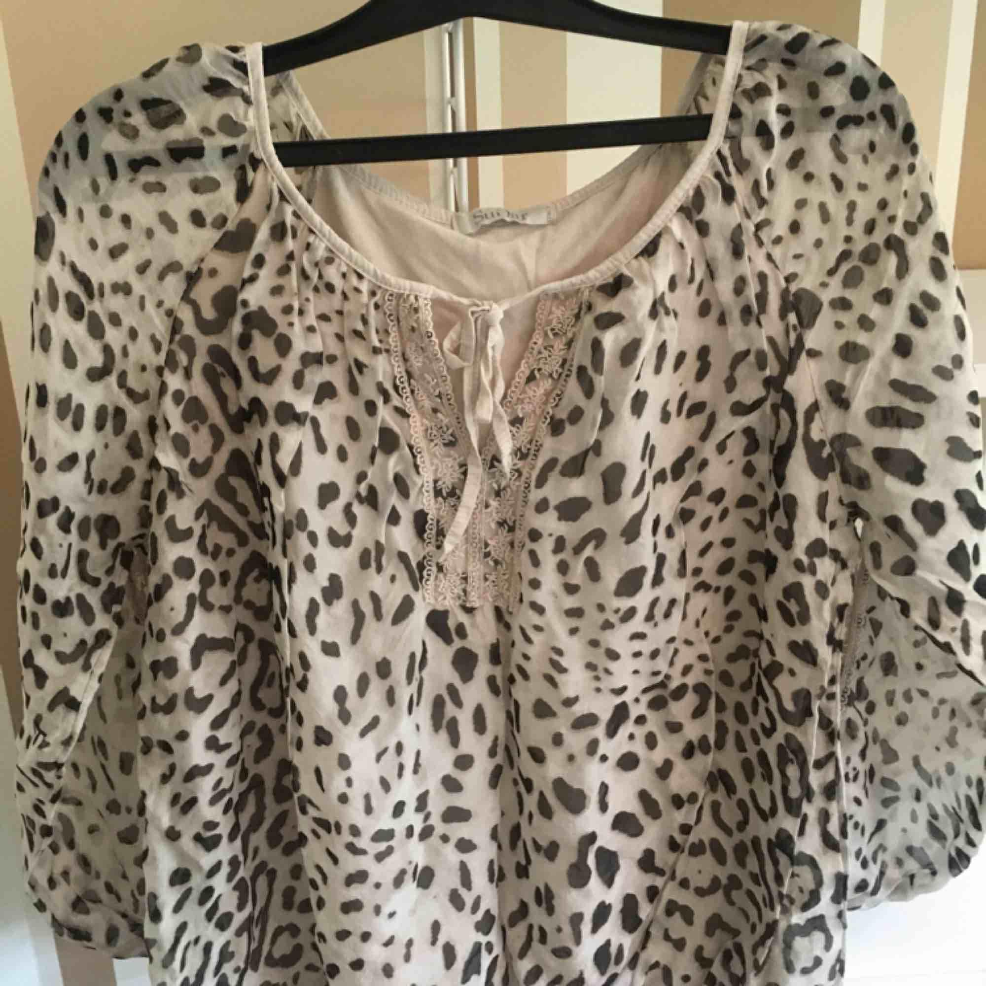 Leopard blus från Fanny och Michelle . Blusar.