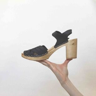 🍒MOHEDA BBY🍒 QT svart moheda skor att pryda fötterna i sommar. Perfekta att stampa runt i på semster på Amalfi kusten.strl:41. Nötta med kärlek därav priset. Vill man se fler bilder är det bara att höra av sig❤️frakt tillkommer. Puss o k🍒
