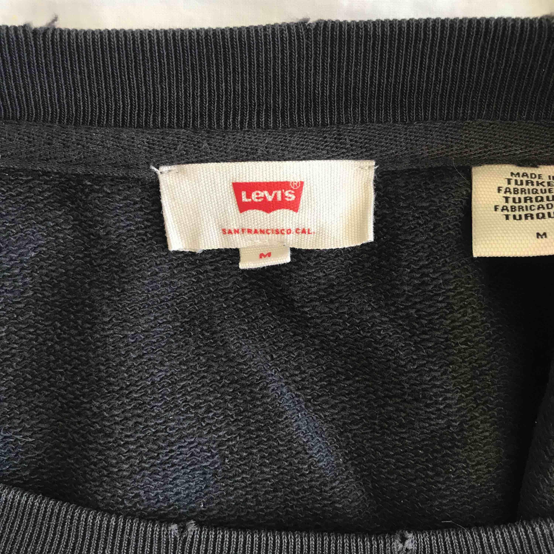 Supersnygg college tröja från Levis! Möts upp i Stockholm annars står köparen för frakten💘💞 pris kan diskuteras. Tröjor & Koftor.