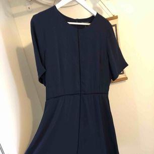 Marinblå klänning från Banana Republic. Storlekskartan visar att det är som en 44 men jag tycker den känns lite mindre 🌱 örhängen ingår