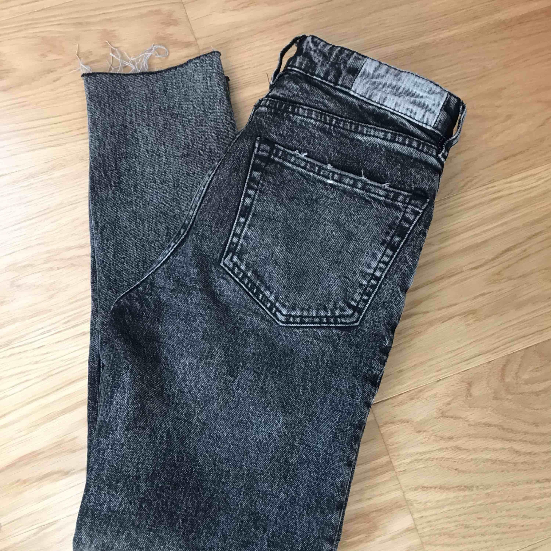 Sparsamt använda Karve jeans, super snygga på!  De är högmidjade och lite lösa längst ner vid benen. Finns i Gbg, skall de fraktas så får köparen stå för frakt.  Vid snabb affär så kan jag tänka mig sänka priset.💖 . Jeans & Byxor.
