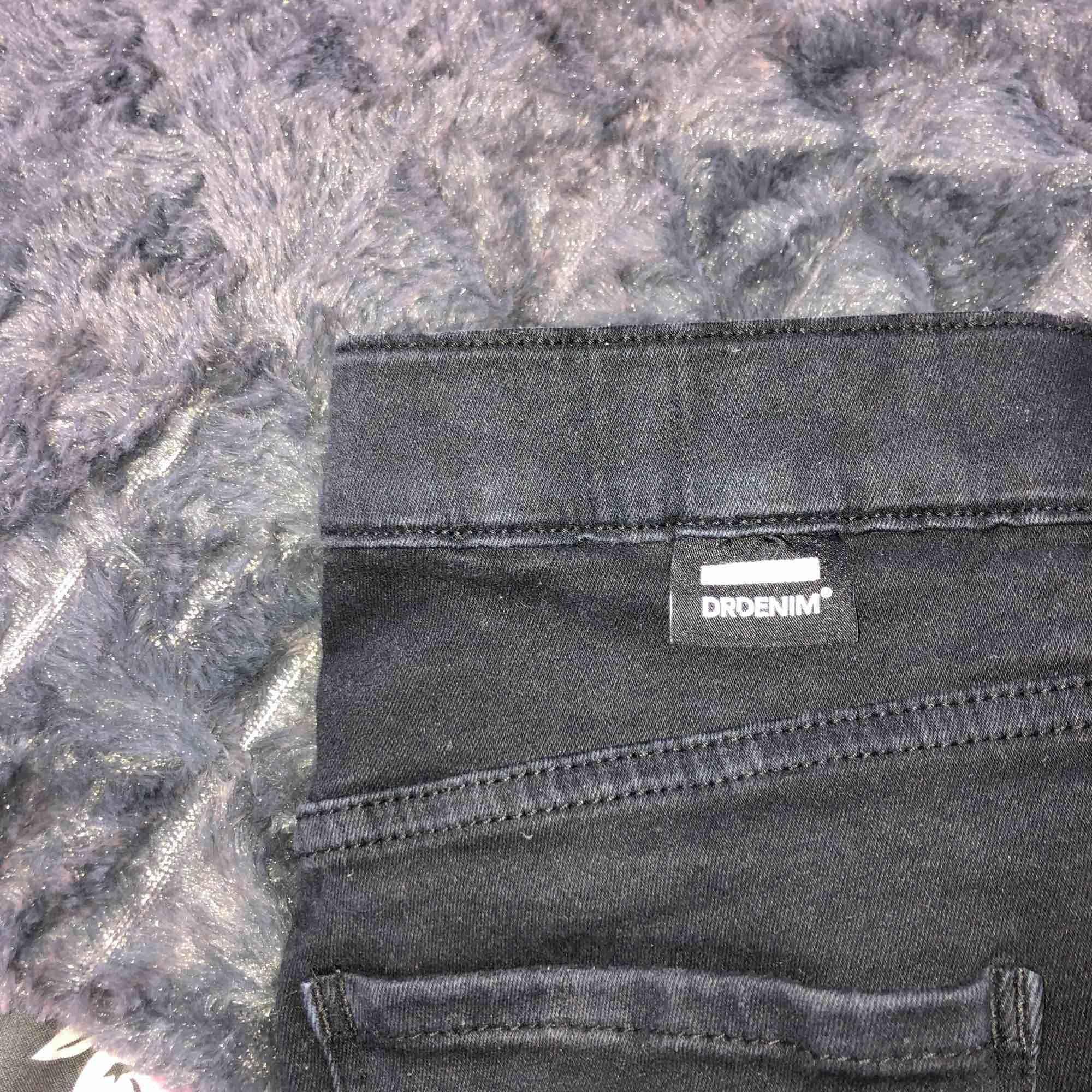 Svarta dr denim byxor med stretch. Fick som present med dom var för små Frakt tillkommer!💕. Jeans & Byxor.