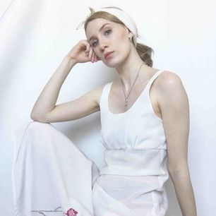 🍒GIrL nExt DOoR🍒 Finaste finaste finaste vintag klänning  från Lindex i mjukt silkes liknande tyg med en blomma på sidan och en slitz som går upp till näst höften . Kan skicka fler bilder:)frakt tillkommer. Puss o K 🍒