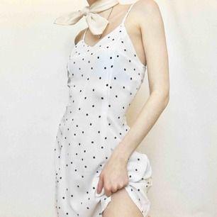 🍒👗🍒 Perfekta lilla prickiga klänningen 4 da summer. Gullig och begagnad i riktigt fint skick. Stylas så fint till en jeansjacka eller med en Mean Girl attityd . Frakt tillkommer. Puss o K 🍒