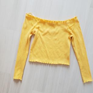 Axellös tröja från ginatricot. Använd sparsamt så mycket gott skick. Storlek M Ni står för frakten 🌸