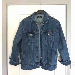 Oversized jeansjacka i mörkblå från Missguided. Endast använd ett par gånger, så i jättefint skick. Säljer pga har så många jackor. Köpren står för frakten 💙