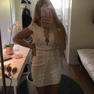 Finaste klänningen perfekt till student och skolavslutning! Endast använd en gång och köpt på asos. Frakt tillkommer