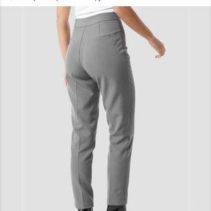 Jag säljer dessa grå jättefina kostymbyxorna från nakd, säljer dessa då de TYVÄRR inte kommer till användning, passar en s perfekt, (pris kan även förhandlas vid snabbaffär)