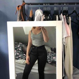 Väldigt blanka byxor, aldrig använda pga ej min stil, frakt tillkommer💕