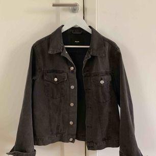 Svart/grå jeansjacka från Bikbok, storlek M men sitter fint oversize