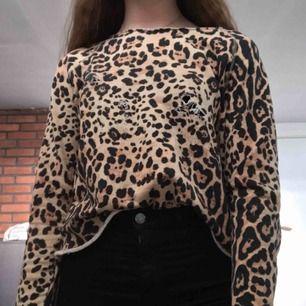 Säljer denna snygga tröja från bik bok. Har gjort om den hemma själv med slitningar och detaljen vid halsen. Säljs för 50kr+ frakt🎀🎀