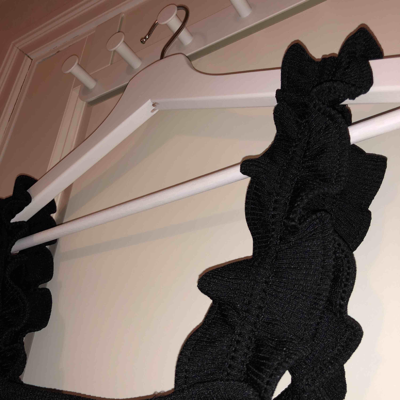 Helt nytt superfint linne med volanger, endast testad med prislapp kvar.  Säljer då det är för stort för mig💗💗  Fraktavgift tillkommer💖. Toppar.