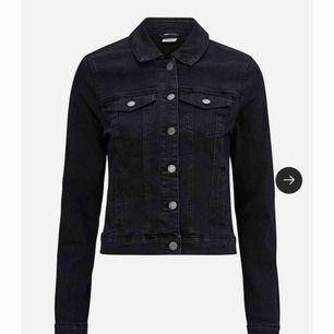 En svart jeans jacka från vero Moda. Bra skick & passform, passar som både XS/S. Frakt 20kr
