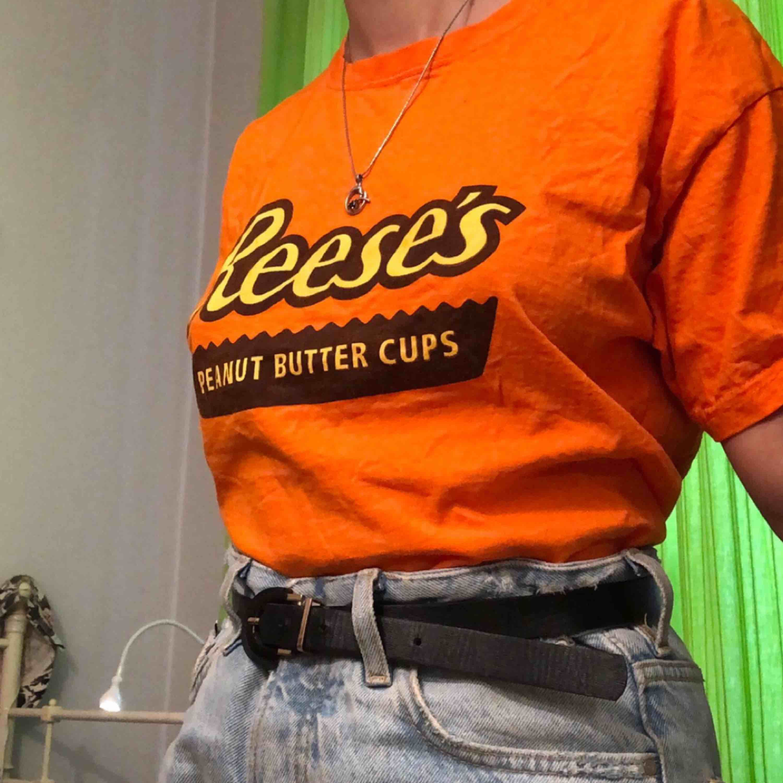 Reese's Peanut Butter Cup T-Shirt. I färgen Orange.  . T-shirts.