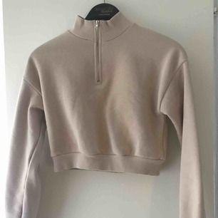 En sjukt snygg cropped sweatshirt som är beige ifrån Nelly, använd en gång men säljer pga att jag inte använder den! Jag står för frakten!💙 Tar emot swisch